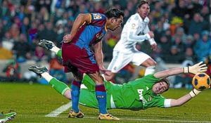 Xavi dispara a portería ante Casillas en una jugada en la que el de Terrassa pudo marcar su segundo gol.