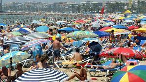 Miles de veraneantes en una playa de Salou, en el 2006.