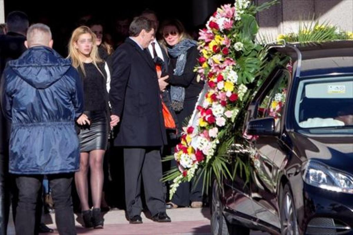 Familiares y amigos de Diana Quer, a la salida del tanatorio, en Madrid.