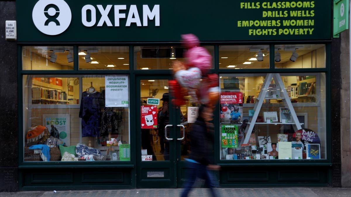 Un peatón pasa por delante de una tienda de Oxfam, en Londres, el 12 de febrero.
