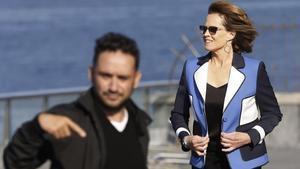 J. A. Bayona, junto a Sigourney Weaver, en San Sebastián, donde presentaron 'Un monstruo viene a verme'.