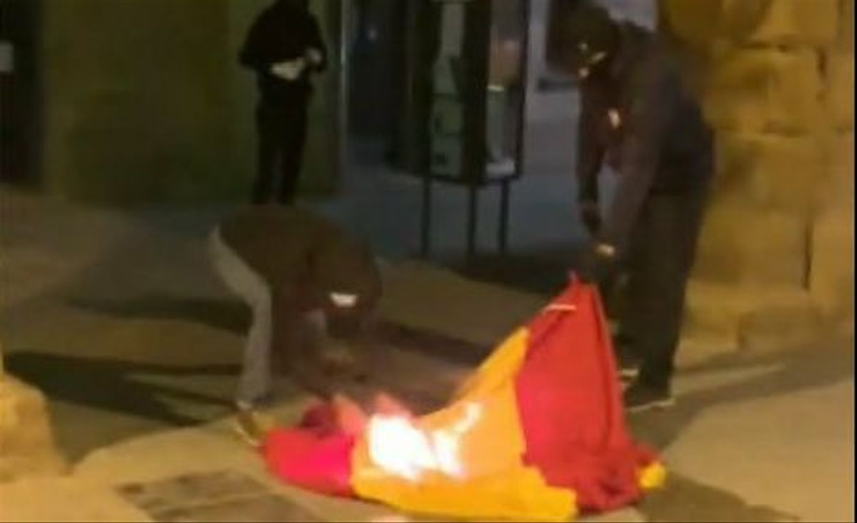 El CDR Acció Directa quema la bandera española en el Ayuntamiento de Vic
