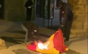 El CDR Acció Directa crema la bandera espanyola a l'Ajuntament de Vic