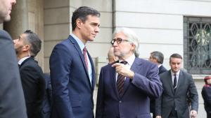 El presidente de Foment del Treball, Josep Sánchez Llibre (derecha), recibe al presidente del Gobierno, Pedro Sánchez (izquierda), a las puertas de la sede de la patronal catalana en febrero del 2020.