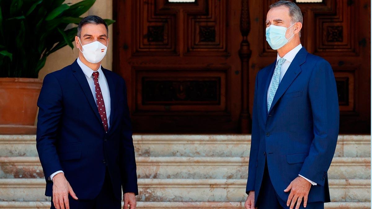 Pedro Sánchez y el rey Felipe VI, este martes, en el Palacio de Marivent.