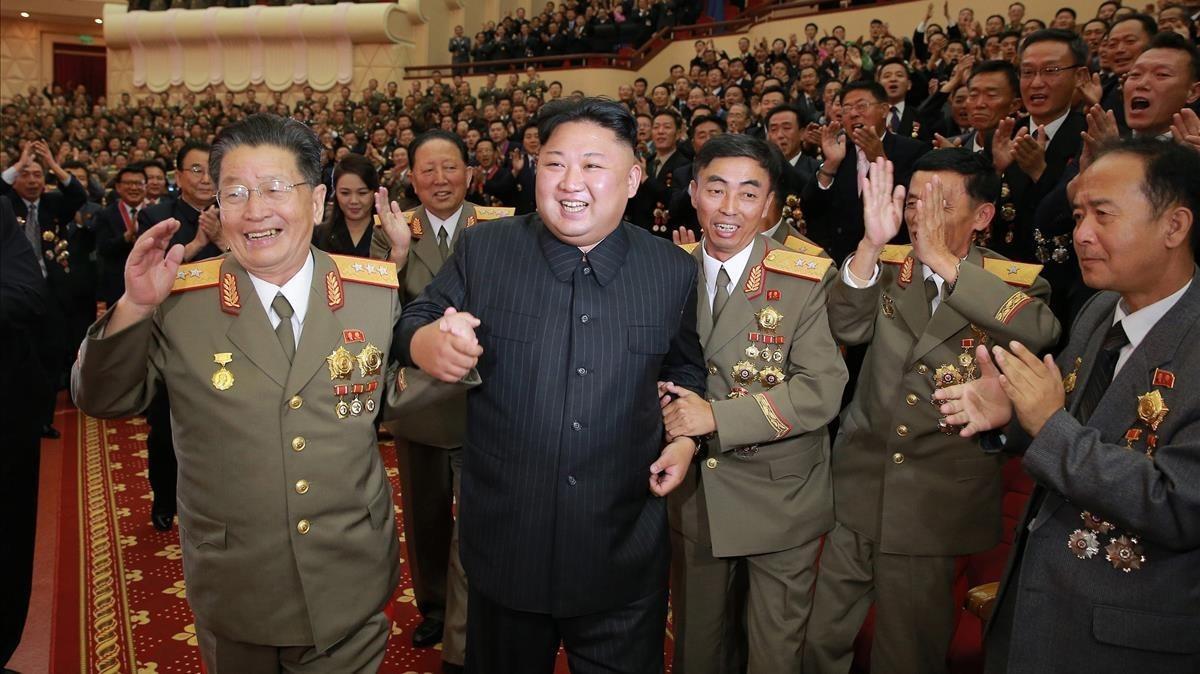 Kim Jong-un celebra con altos oficiales un banquete por el último test nuclear de Pionyang, en una imagen difundida el 10 de septiembre.