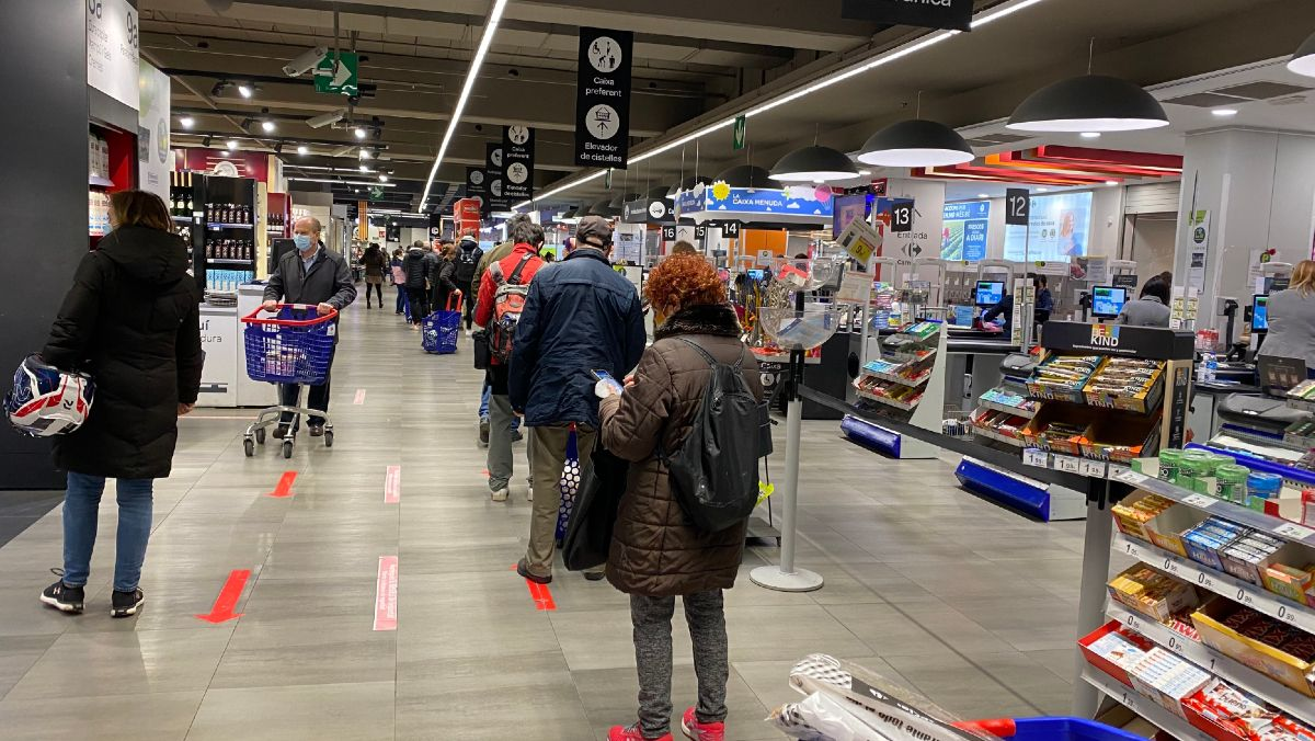 Línea de cajas en un Carrefour de Barcelona.