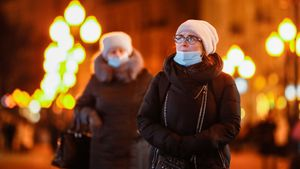 Dos mujeres caminan por el centro de Moscú.