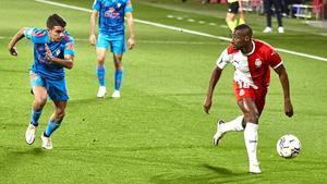 Sylla, del Girona, controla un balón en un momento del partido.
