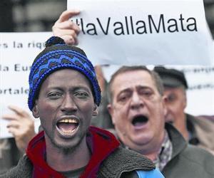 Manifestantes convocados por SOS Racismo protestan en Pamplona por las muertes de Ceuta, el sábado.