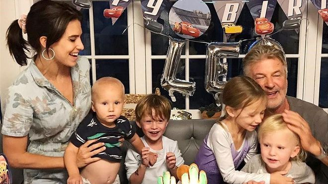 Hilaria y Alec Baldwin posan con sus cuatro hijos mayores.