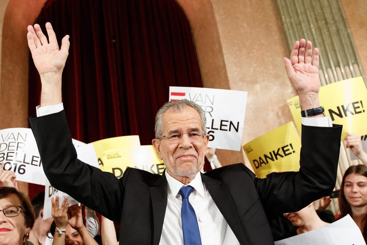 El futuro presidente austriaco, el ecologistaAlexander Van der Bellen,celebra su victoria.
