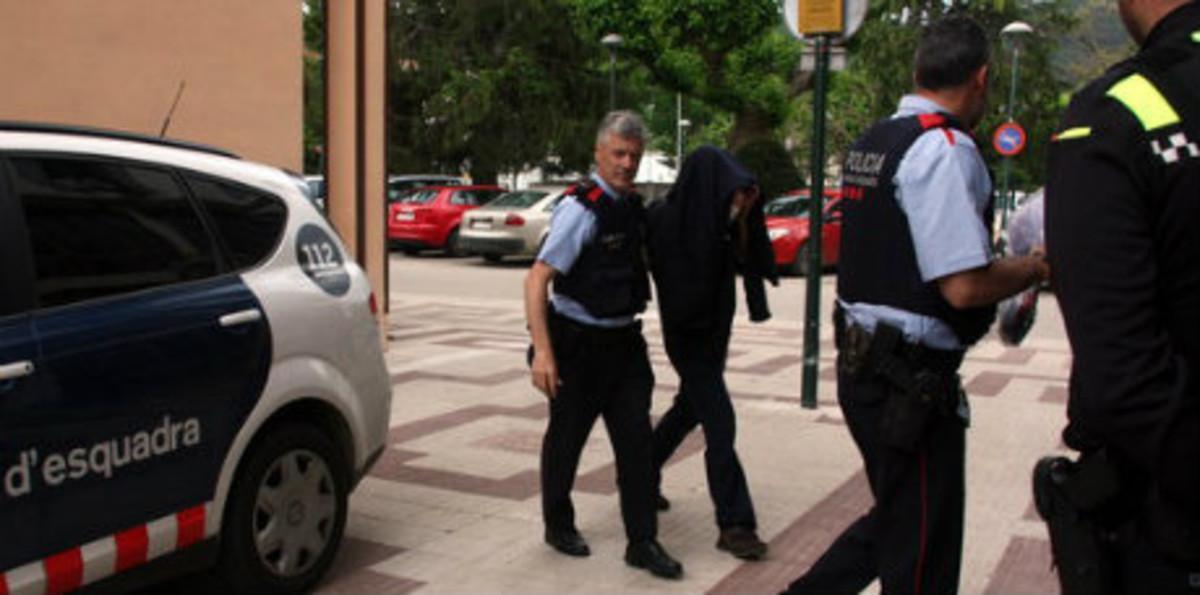 Agentes de los Mossos entregan al conductoral juez de Santa Coloma, el pasado mes de mayo.