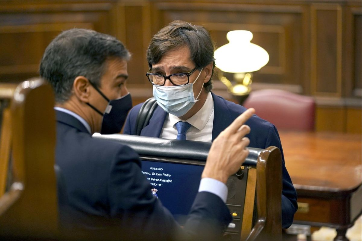 El presidente del Gobierno, Pedro Sánchez, charla con el ministro de Sanidad, Salvador Illa, el pasado 21 de octubre en el Congreso.