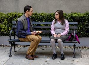 Jim Parsons y Mayim Bialik, como Sheldon y Amy en 'The big bang theory'.