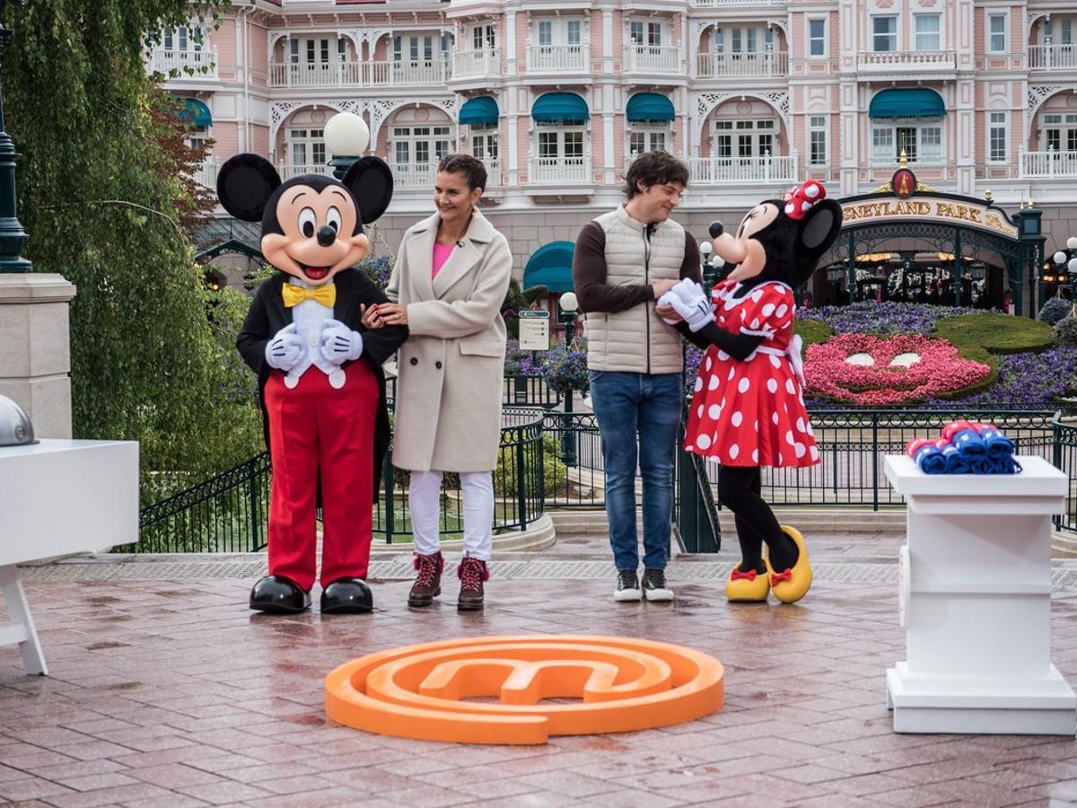 Samanta Vallejo-Nágera y Jordi Cruz en Disneyland París con Minnie y Mickey Mouse.