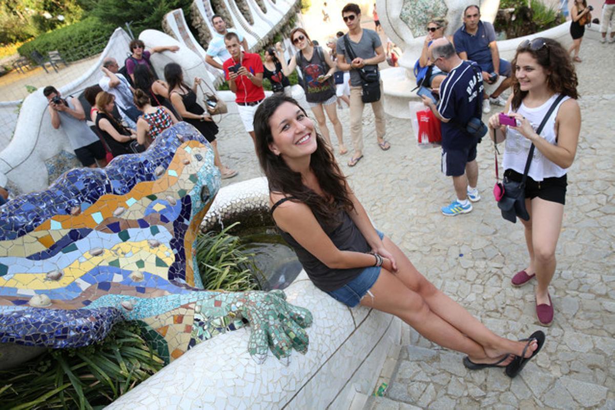 Andrea García, sentada, vive al lado del Parque Güell.