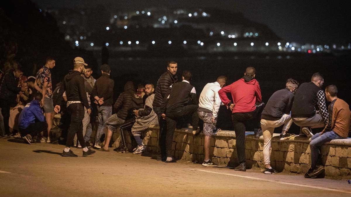 Noche de tensión en Ceuta por la entrada de miles de inmigrantes. En la foto, jóvenes en Fnideq, poco antes de intentar cruzar hacia España por Ceuta.