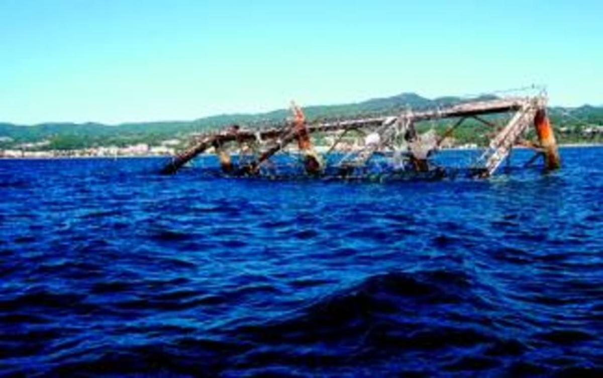 Imagen de la piscifactoría flotante de Arenys de Mar a finales del pasado mes de diciembre, días antes de su hundimiento.