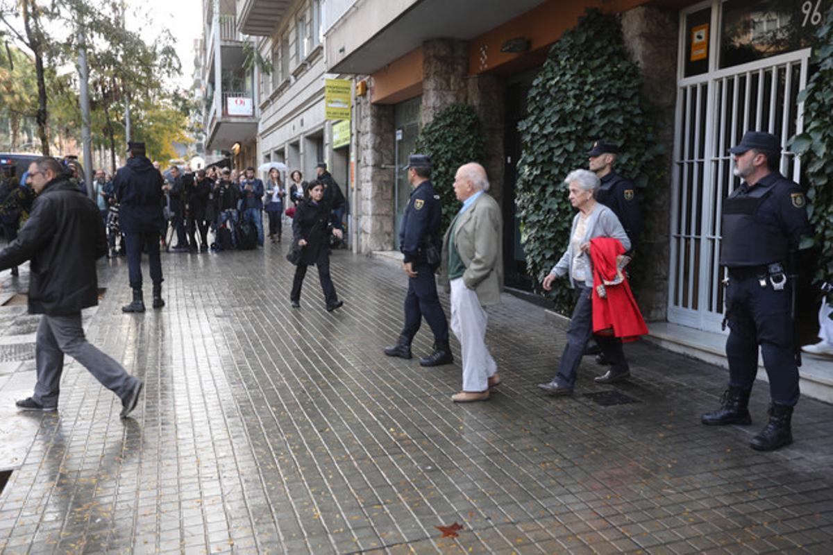 Jordi Pujol y Marta Ferrusola, este martes, abandonando su vivienda, que ha sido registrado por la Policía Nacional.