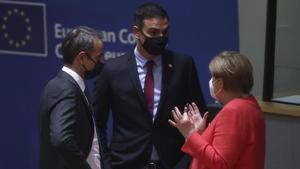 Pedro Sánchez con Angela Merkel y Kyriakos Mitsoakis en la cumbre de Bruselas.