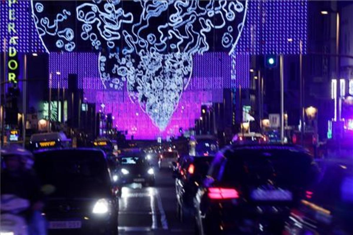Iluminación navideña instalada en la calle Gran Vía de Madrid.