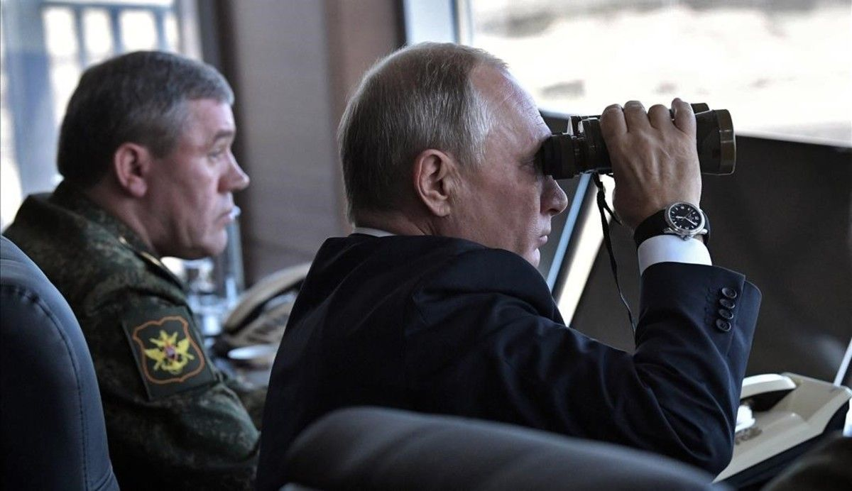 Putin observa con unos prismáticos el desarrollo de las maniobras militares en Tsugol.