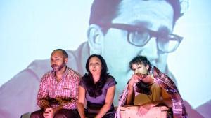 Los tres actores están presentes mientras se proyecta la declaración del auténtico Padilla.