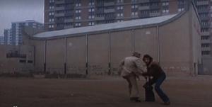 Escena del atropello de 'Perros callejeros', película de José Antonio de la Loma.