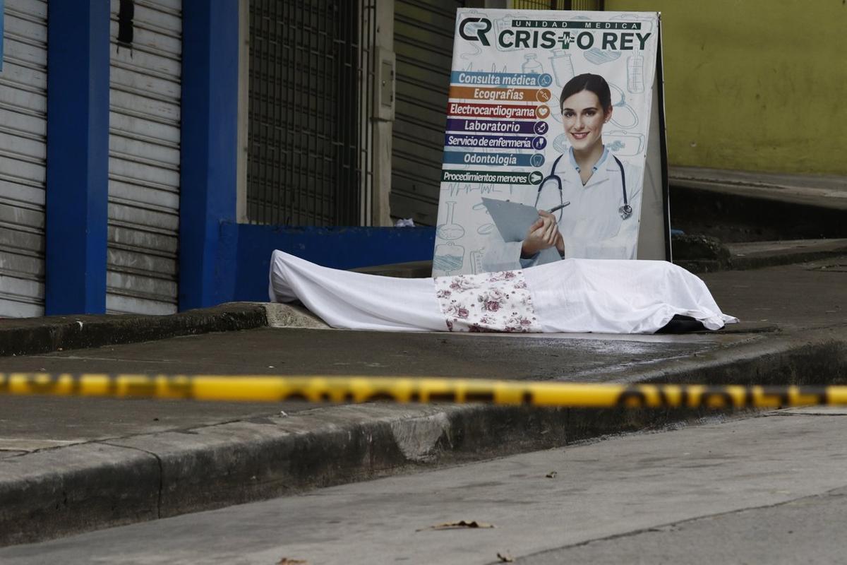 El cadáver de un fallecido por coronavirus, abandonado a las puertas de un centro médico de Guayaquil.