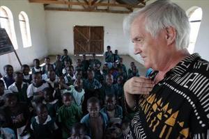 Una imagen del escritor sueco Henning Mankellen Malawi.