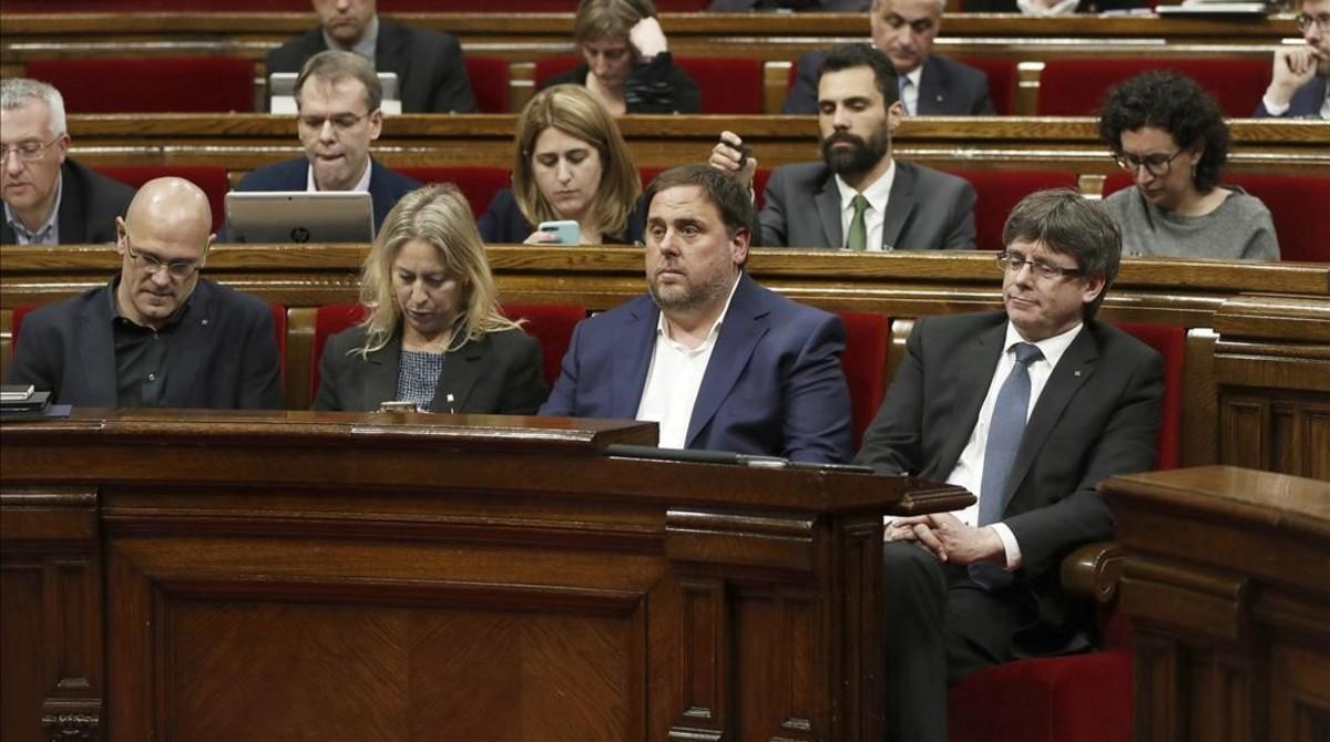 El 'president' Carles Puigdemont, junto al vicepresidente Oriol Junqueras, la'consellera' Neus Munté y el 'conseller' Raül Romeva, en el Parlament.