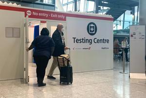 Centro de test de covid-19 en el aeropuerto londinense de Heathrow.