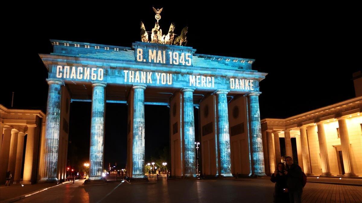 La puerta de Brandenburgo iluminada por las celebraciones del 75 aniversario del final de la II Guerra Mundial