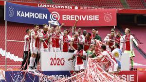 La plantilla del Ajax levantando su 35º título de liga.