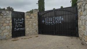 Pintadas realizadas en el cementerio judío de Hoyo de Manzanares (Madrid) el pasado sábado.