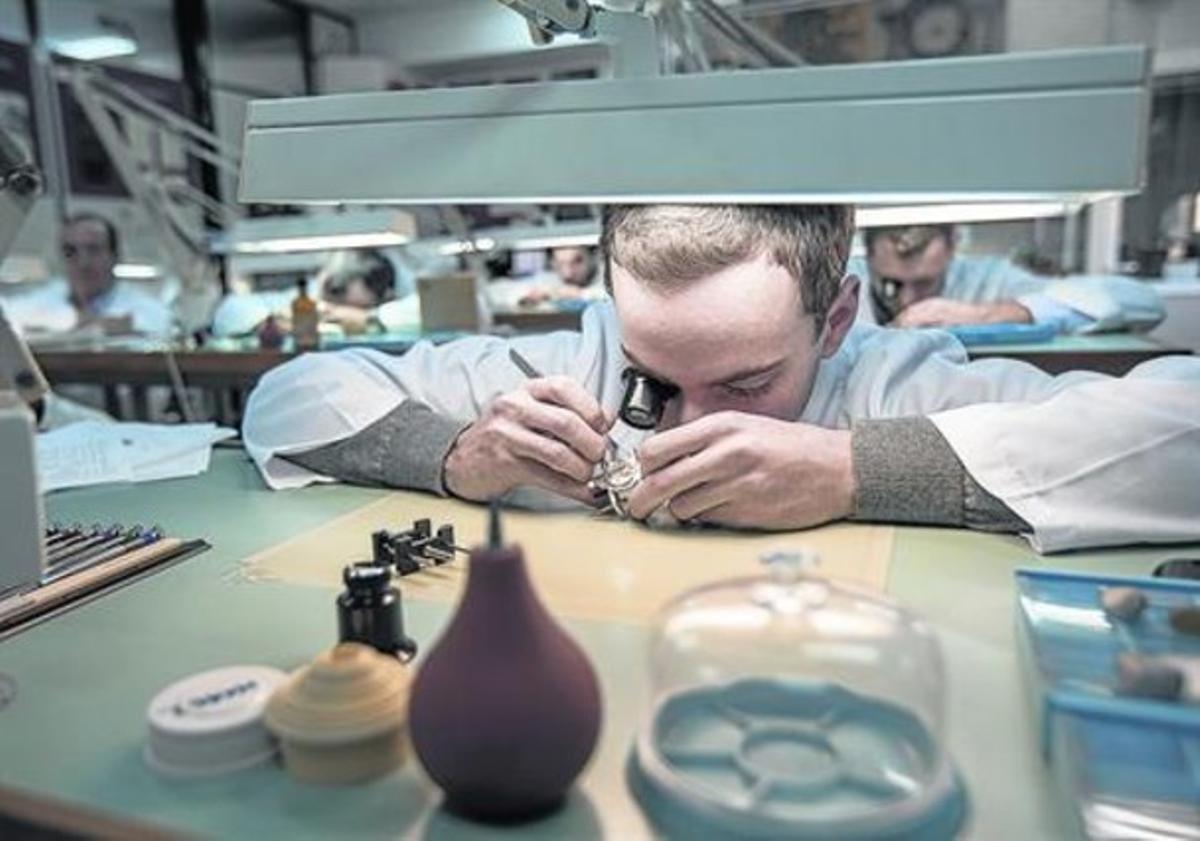 Pinzas y lupas oculares 8 Alumnos de segundo curso trabajan con relojes de pulsera.