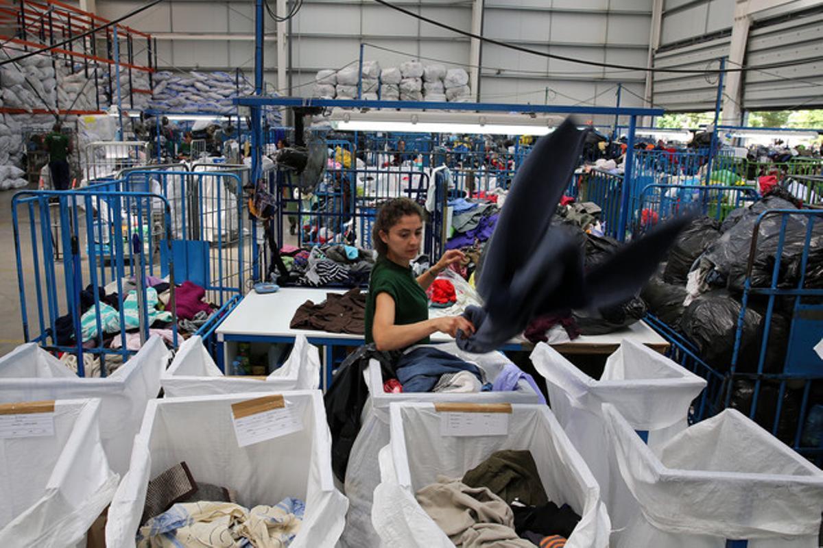 Contenedores de recogida de ropa de la empresa Humana, en el polígono L'Ametlla Park.