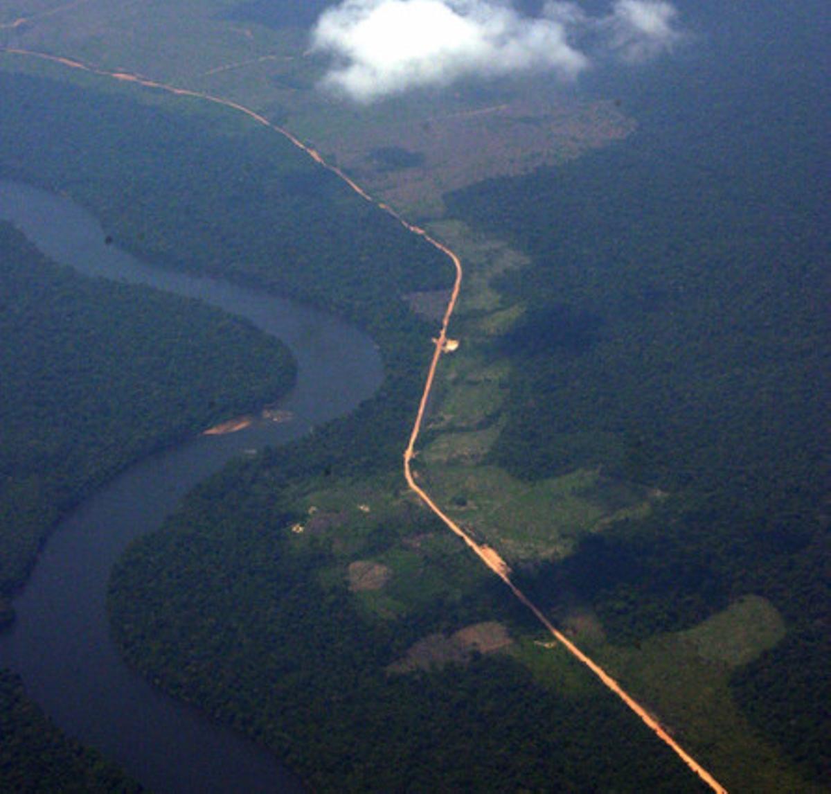 Vista aérea de la selva amazónica, que muestra la deforestación a lo largo de ambos lados de la carretera Trans-Amazónica.