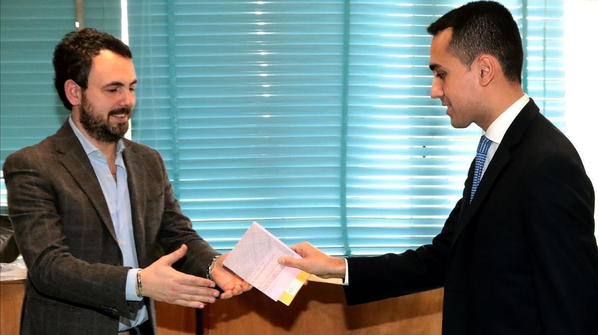 Luigi di Maio entrega su papeleta al presidente de la mesa electoral donde ha votado, en Nápoles.
