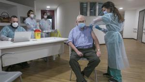 Un hombre recibe la segunda dosis de la vacuna Pfizer-BioNTech contra el coronavirus en el Centro Polivalente de Recursos Residencia Mixta de Gijon.
