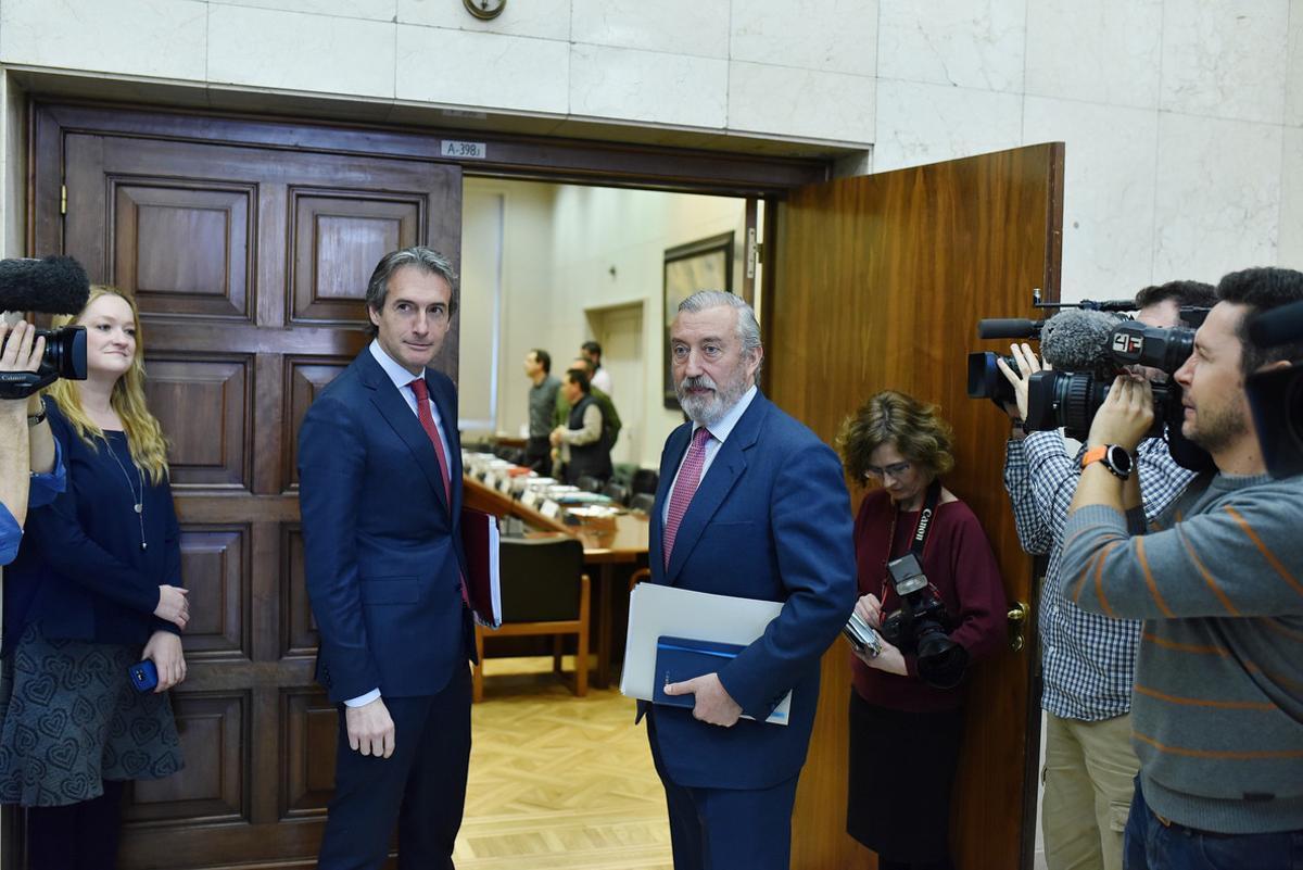 El ministro de Fomento, Íñigo de la Serna, y el secretario de Estado de Infraestructuras, Julio Gómez-Pomar, entran en una reunión celebrada el pasado febrero.