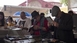 Clientes del mercado dominical de Sant Antoni.