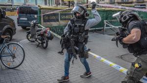 Agentes del GEI en la calle de Rosselló de Barcelona.
