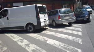 Un invident denuncia l'atropellament intencionat d'un cotxe que estava mal aparcat