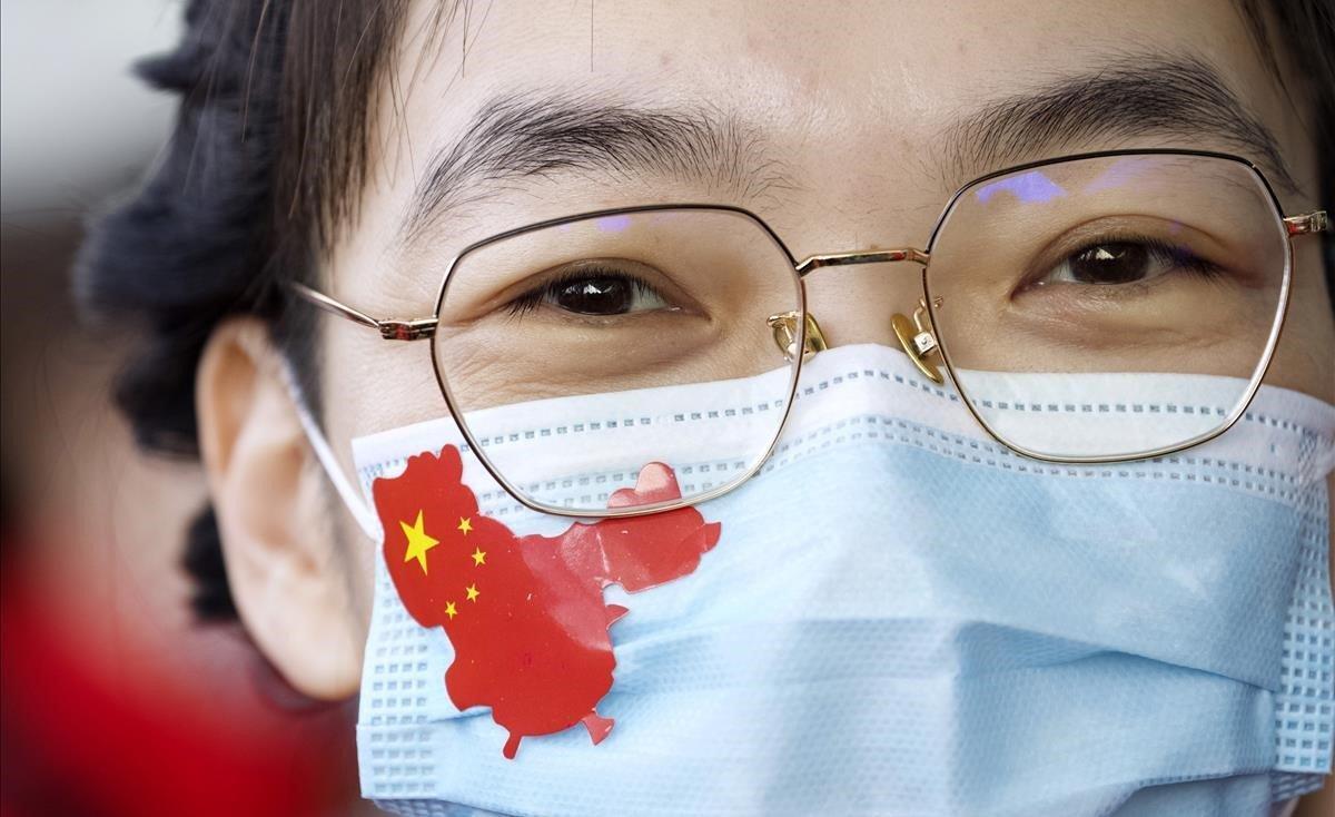 Una doctora usa una mascarilla con una pegatina del mapa de china en la provincia de Jilin.