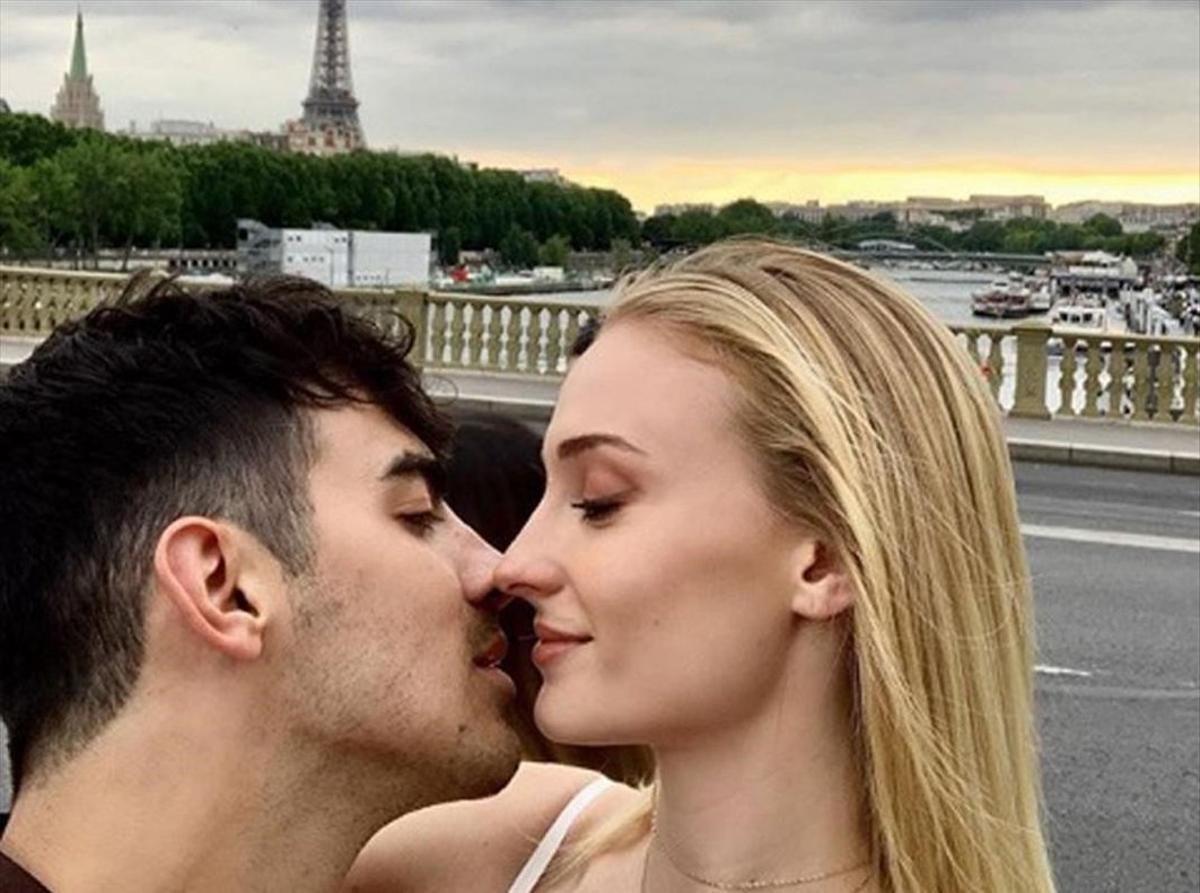 Sophie Turner y Joe Jonas se besan con laTorre Eiffel de fondo.