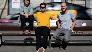 Roser Cruells, Èric Vergés y Jan Riera-Prats posan en una calle de Barcelona.