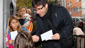 L'alcalde de Girona, Carles Puigdemont, abans d'exercir el seu dret a vot, al col·legi Vicens Vives.