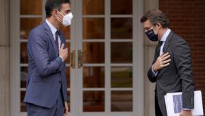 Pedro Sánchez y Alberto Núñez Feijóo durante la reunión que han mantenido hoy en Moncloa.